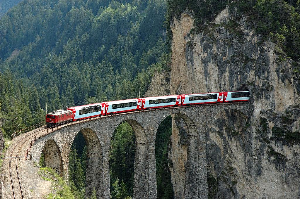 ස්විට්සර්ලන්තයේ පිහිටි මෙවැනිම පාලමක් වන Landwasser Viaduct මතින් Glacier express දුම්රිය ගමන් කරන අවස්ථාවක් -Wikipedia